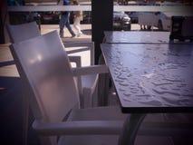 Nass Restaurantstühle und -tabelle nach dem Regen lizenzfreie stockfotografie