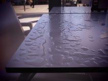 Nass Restauranttabelle nach dem Regen stockbilder