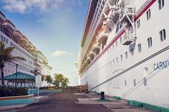 NASSAU, BAHAMAS - 7 janvier 2019 Bateaux de croisière accouplés dans le port de Nassau image libre de droits