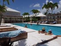 Nassau, de Bahamas 17 van Juni 2018 Mensen die en in een pool in Palmcay toevlucht in Nassau eiland koelen ontspannen bahamas stock foto's