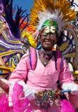 NASSAU, O BAHAMAS - 1º de janeiro - CU do dançarino fêmea vestiu-se nas penas alaranjadas brilhantes e nos corações vermelhos, dan Fotos de Stock
