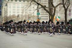Nassau Politiepijpen en Trommels die bij de St Patrick Dagparade marcheren Stock Foto's