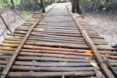 Nasse Bambusbrücke Stockfoto