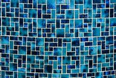 Nasse blaue Fliesewand Stockfoto