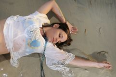 Nasse Frau auf dem Sand Stockbilder