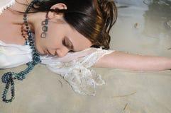 Nasse Frau auf dem Sand Lizenzfreies Stockbild