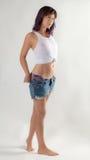 Nasse Frau im gebundenen Trägershirt-Ausziehen Stockbilder