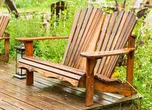 Nasse Holzstühle Stockbild