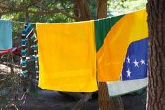 Nasse Kleidung, die auf einem Seil zwischen Bäumen trocknet Lizenzfreie Stockbilder