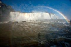 Nasse Linse - Regenbogen in den Iguaçu-Wasserfälle Stockbilder