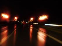 Nasse Nachtstraße Stockfotografie