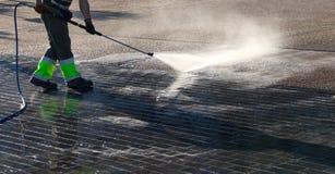 Nasse Reinigung der Straße lizenzfreies stockbild