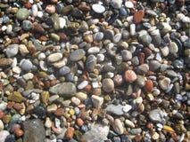 Nasse runde Steine Stockfoto