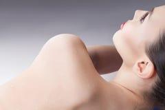 Nasse Schulter einer jungen Frau Lizenzfreies Stockbild