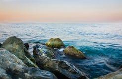 Nasse Steine auf dem Meer Stockbild