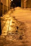Nasse Straße Der Schnee schmilzt stockfotografie