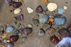 Nasse Strand-Steine Lizenzfreie Stockbilder