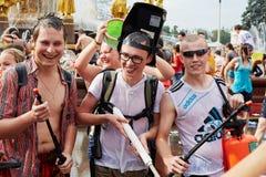 Nasse Teilnehmer des traditionellen großen Wasserkampfes Lizenzfreies Stockfoto