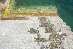 Nasse Treppe am See Lizenzfreies Stockbild