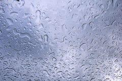 Nasse Tropfen am transparenten Glas Himmelreflexion lizenzfreie stockfotos