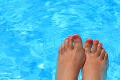 Nasse weibliche Füße Stockfotografie