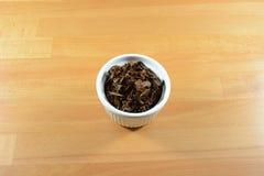 Nasse Yunnan-Teeblätter Stockfotos