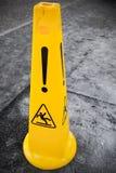 Nasser Boden der Vorsicht, gelbes Warnzeichen Stockfotografie
