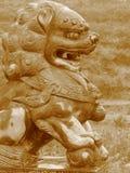 Nasser chinesischer Löwe stockfotos