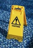 Nasser Fußboden der Achtung Stockbild