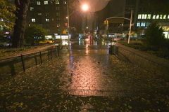Nasser New- York Citybürgersteig nachts mit Lichtern, New York Stockfoto