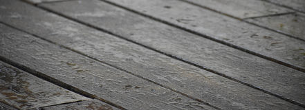 Nasser Plattform-Holz-Hintergrund stockfoto
