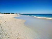 Nasser Sand reflektiert blauen Himmel auf einem australischen Strand stockbild