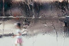 Nasser schmelzender Frost auf dem Fenster mit unscharfem Hintergrund lizenzfreie stockfotos