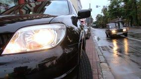 Nasser Straßenstadtverkehr, Autos fährt Lichter an stock video