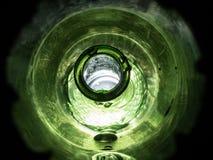 Nasser vibrierender Makroschuß der grünen Glasflasche stockfoto