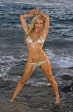 Nasses blondes im Bikini am Strand Lizenzfreies Stockbild