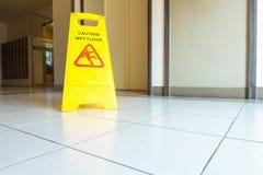 Nasses Bodenbelagschild der Reinigung und der Vorsicht auf dem Boden Stockbild