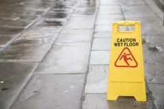 Nasses Bodenzeichen der Vorsicht auf dem im Freien Lizenzfreies Stockbild