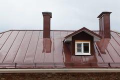 Nasses Dach des Gebäudes im Botschafter eines Regens Lizenzfreie Stockbilder