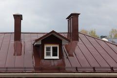 Nasses Dach des Gebäudes im Botschafter eines Regens Lizenzfreie Stockfotos