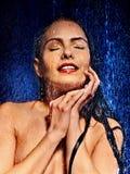 Nasses Frauengesicht mit Wassertropfen Stockfotos