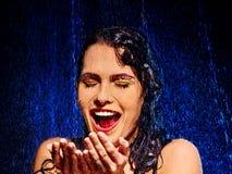 Nasses Frauengesicht mit Wassertropfen Stockfoto
