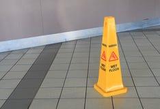 Nasses Fußboden-Zeichen Stockfoto