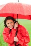Nasses junges Mädchen, das Niederschlag mit Regenschirm genießt Lizenzfreies Stockbild