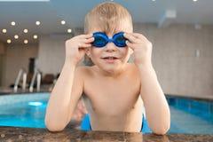 Nasses Kinderverlassen einen Swimmingpool stockbild