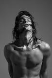 Nasses langes Haar des Modells des jungen Mannes des nackten Körpers des Modefotografies Lizenzfreie Stockfotos
