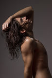 Nasses langes Haar des Modells des jungen Mannes des nackten Körpers des Modefotografies Lizenzfreies Stockfoto
