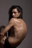 Nasses langes Haar des Modells des jungen Mannes des nackten Körpers des Modefotografies Stockfotos