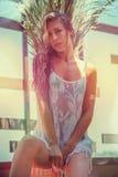 Nasses Mädchen im Sommerkleid durch Pool lizenzfreies stockbild