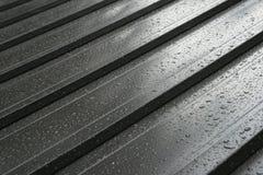 Nasses Metalldachdetail Stockfoto